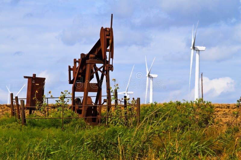 Gerators del vento e pozzi di petrolio fotografia stock