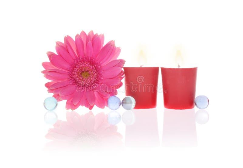 Gerbera, candele e sfere di cristallo fotografia stock libera da diritti