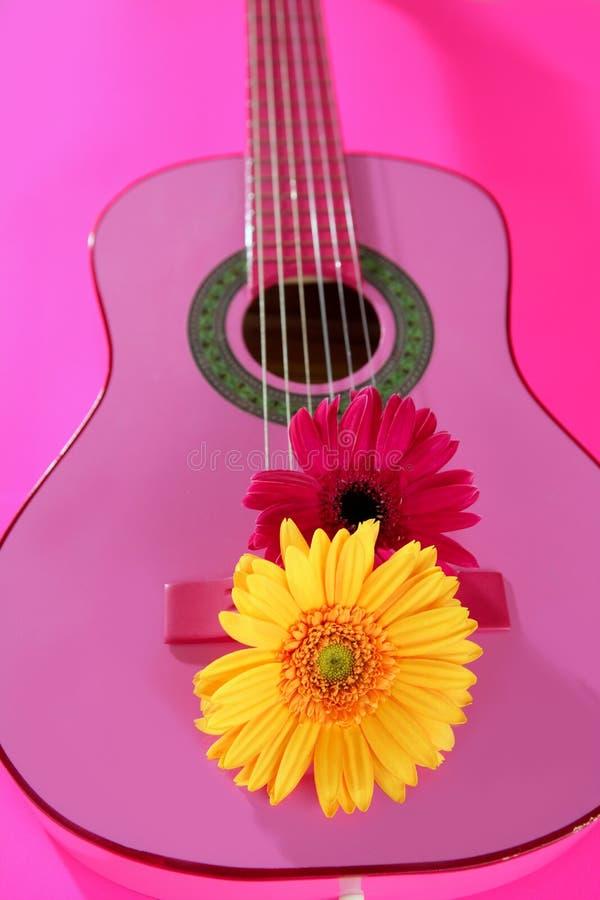 Gerbera da cor-de-rosa do amarelo da flor do Hippie na guitarra fotos de stock