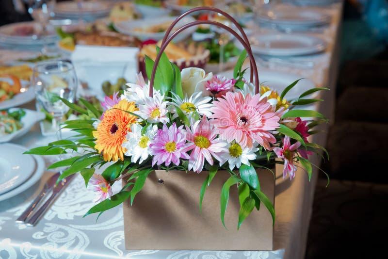 Gerbera e outras flores coloridas arranjados como uma imagem de fundo natural com as flores brancas, amarelas, vermelhas e cor-de fotos de stock royalty free