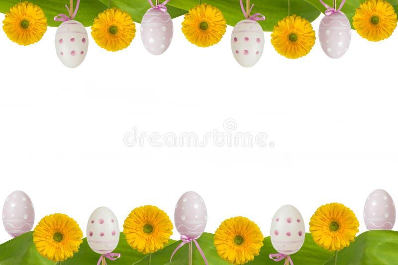 Gerbera e ovos do amarelo do quadro da Páscoa fotografia de stock royalty free