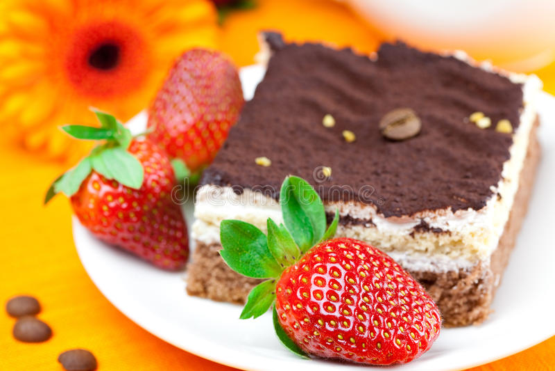 Gerbera, torta e fragole fotografia stock libera da diritti