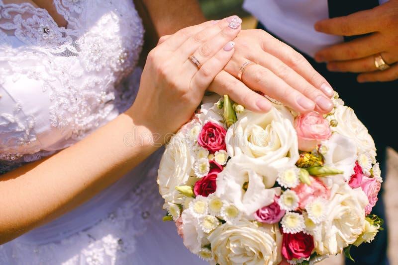 Gerechte Stellung des verheirateten Paars im Naturhändchenhalten und Betrachten der schönen Ansicht von Fluss Genießen an jedem M lizenzfreies stockfoto