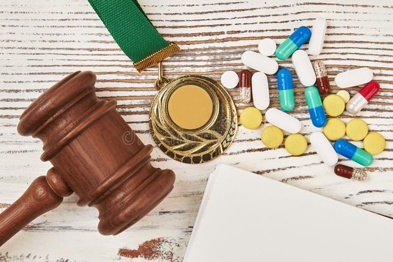 Gerechtelijke hamer, medaille en pillen stock foto