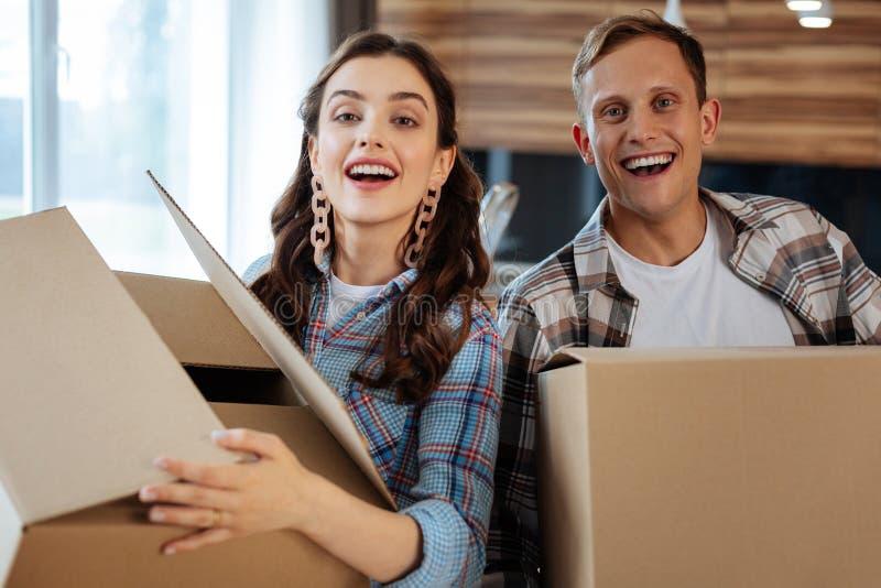 Gerechtes zufriedenes Bewegen des verheirateten Paars Gefühl auf neues Haus lizenzfreie stockfotos