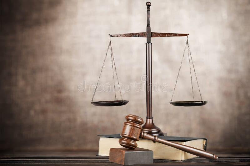 Gerechtigkeit Scales und Bücher und hölzerner Hammer auf Tabelle lizenzfreie stockfotografie