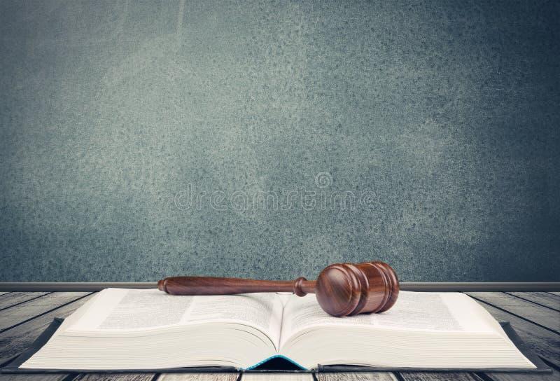 Gerechtigkeit Scales und Buch und hölzerner Hammer lizenzfreies stockbild