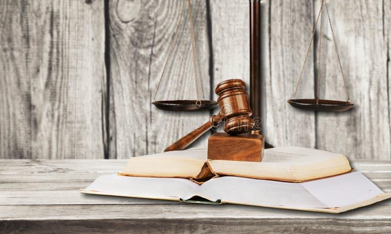 Gerechtigkeit Scales und Buch und Hammer auf hölzernem lizenzfreie stockfotos