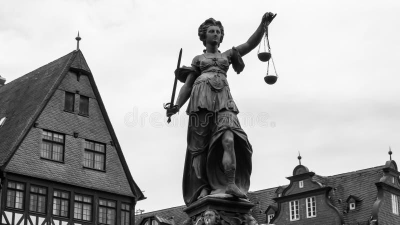Gerechtigkeit Sculpture in Frankfurt stockfotos