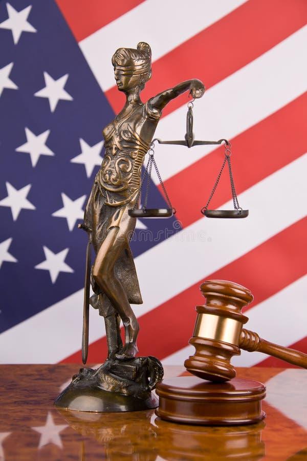 Gerechtigkeit und amerikanische Flagge stockbild