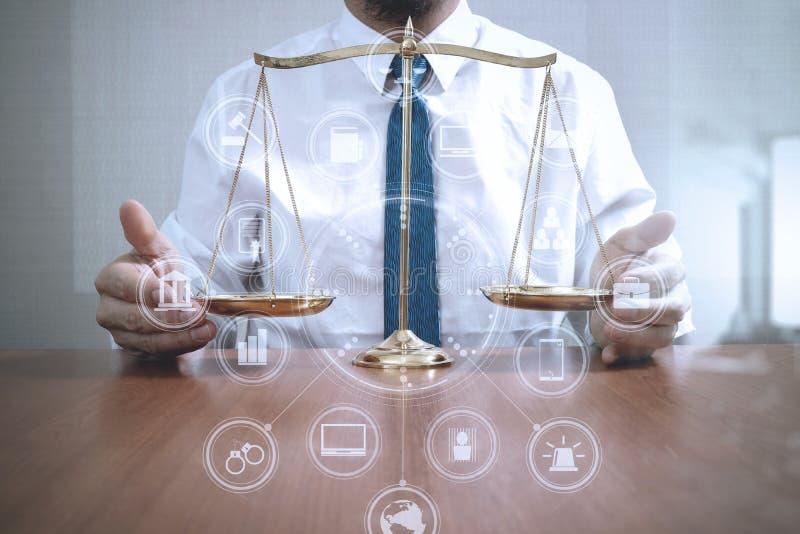 Gerechtigkeit und Gesetzeskonzept Männlicher Rechtsanwalt im Büro mit Messing-sca lizenzfreie stockfotografie