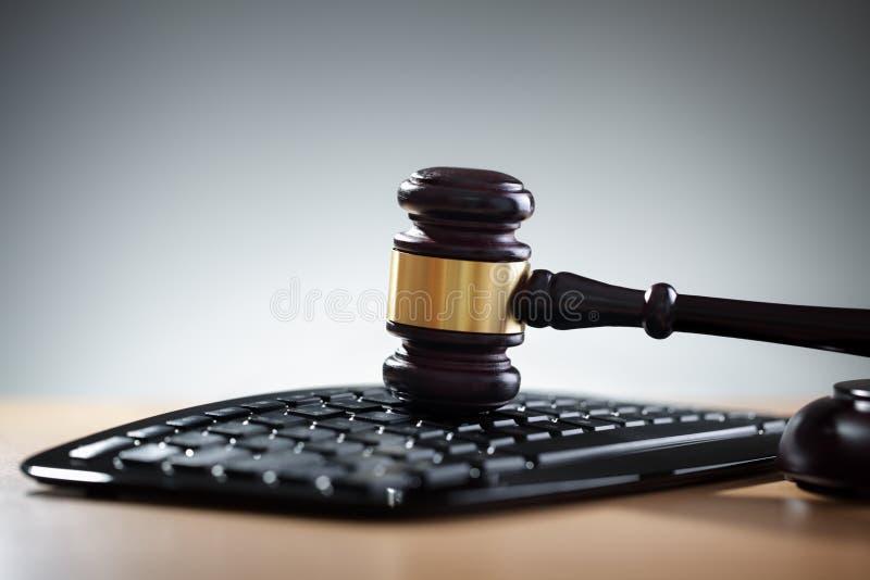 Gerechtigkeitshammer und Computertastatur stockbild