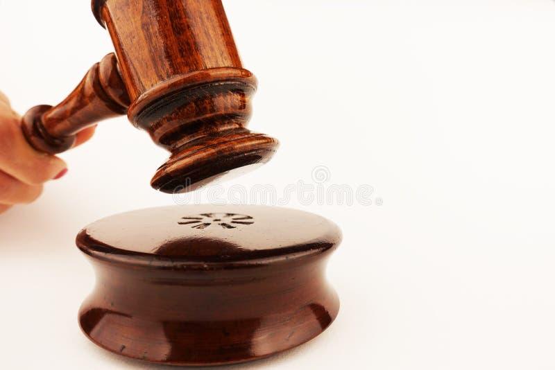 Gerechtigkeitskonzept oder -symbol mit hölzernem Richterhammer in der Frauenhand, lokalisiert auf weißem Hintergrund lizenzfreies stockfoto