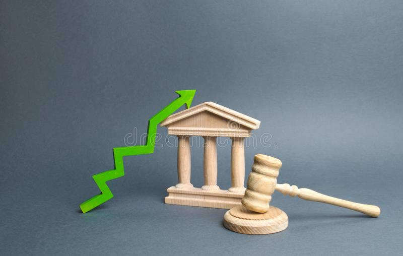 Gerechtsgebouw en groene omhooggaande pijl het verbeteren van de efficiency van het gerechtelijke systeem, transparantie en billi royalty-vrije stock fotografie