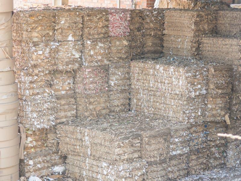 Gerecycleerde document fabriek De balen van karton, vakjes en documenten troffen om in een pakhuis worden gerecycleerd voorbereid royalty-vrije stock foto's