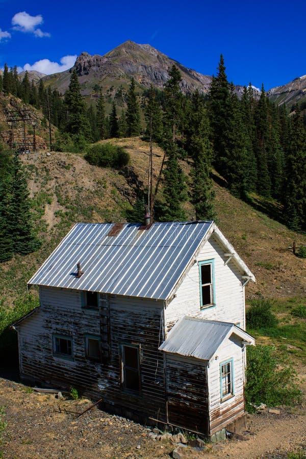 Gereduceerd huis in de bergen stock afbeeldingen