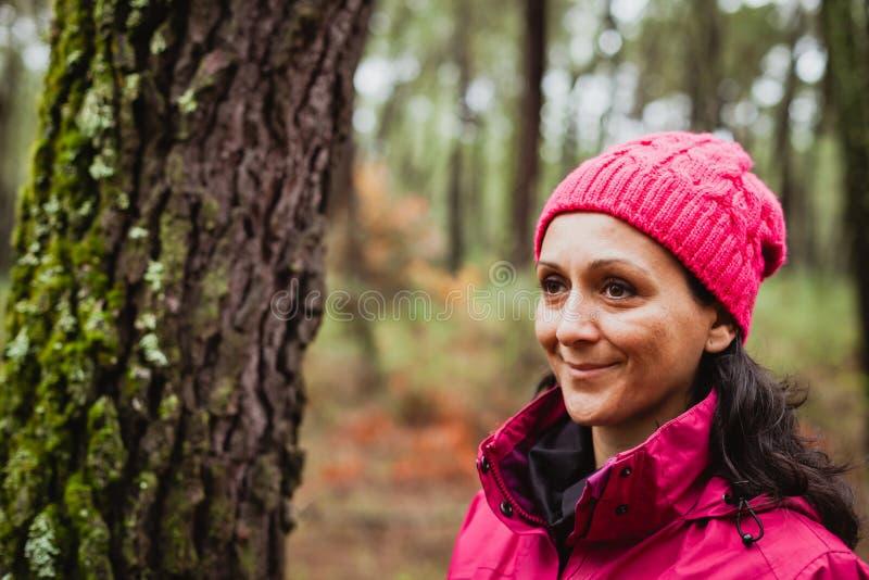 Gereifte Frau im Wald lizenzfreies stockbild