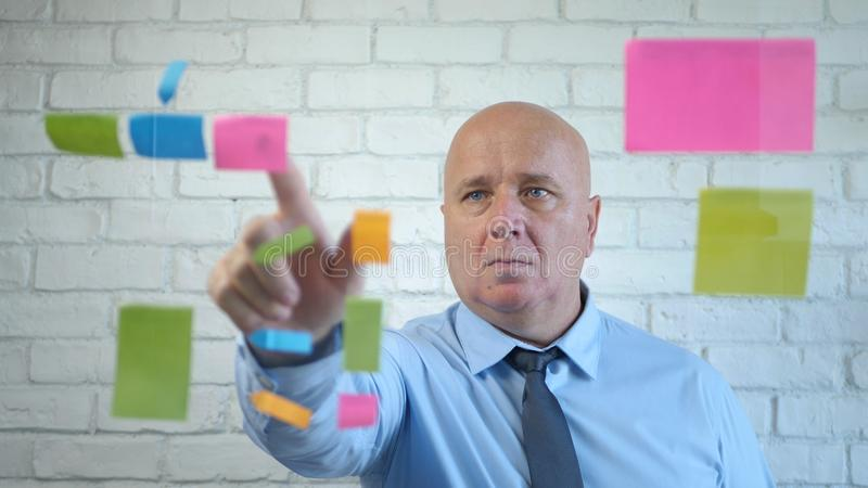 Gerente Analisar e Explicar um Projeto de Negócios em uma Reunião fotografia de stock royalty free