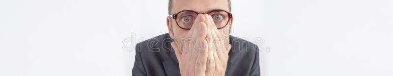 Gerente assustado que esconde suas emoções para o erro ou o silêncio incorporado, bandeira imagens de stock