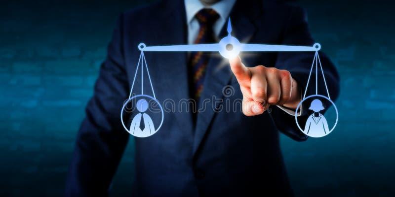 Gerente Balancing Out uma fêmea e um trabalhador masculino foto de stock royalty free