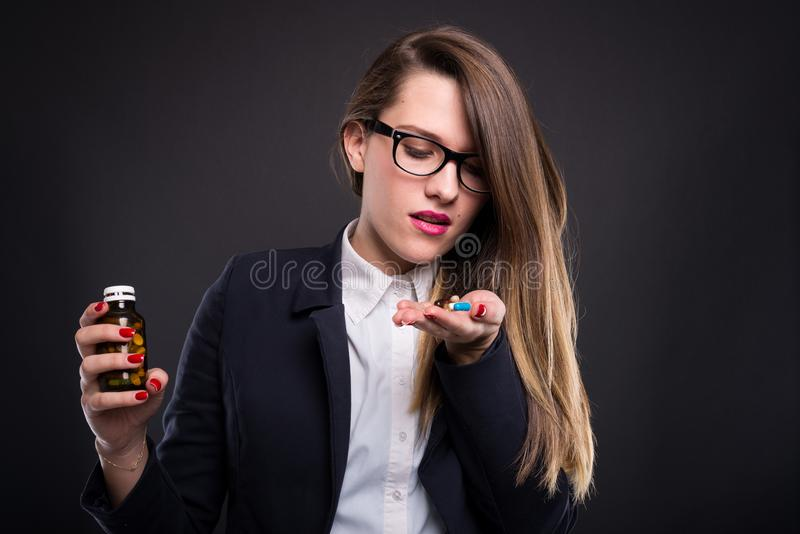 Gerente bonito da mulher que guarda cápsulas imagens de stock