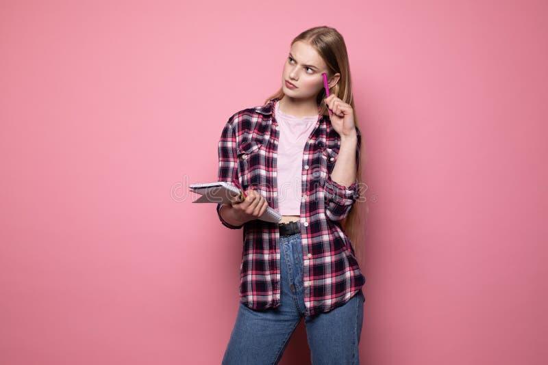 Gerente bonito novo da menina com cabelo louro, roupa ocasional vestindo imagem de stock