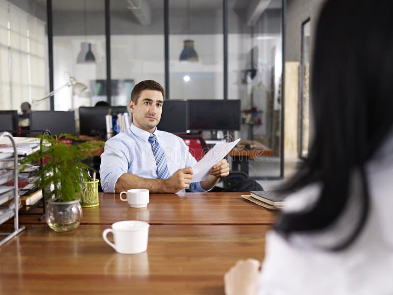 Gerente caucasiano da hora que conduz uma entrevista imagem de stock royalty free