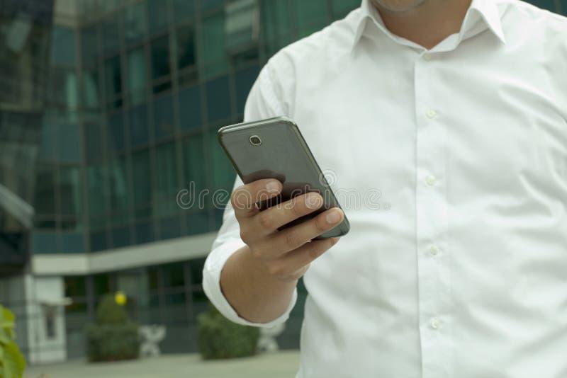 Gerente com um telefone esperto imagens de stock