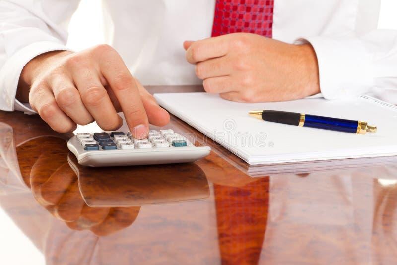 Gerente com uma calculadora. Empresas de contabilidade fotografia de stock royalty free