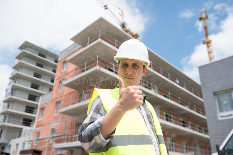 Gerente da construção que verifica o projeto imobiliário no local fotografia de stock royalty free