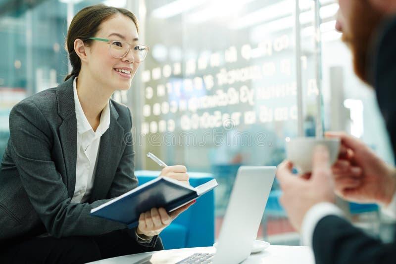 Gerente das relações do cliente na reunião fotos de stock royalty free