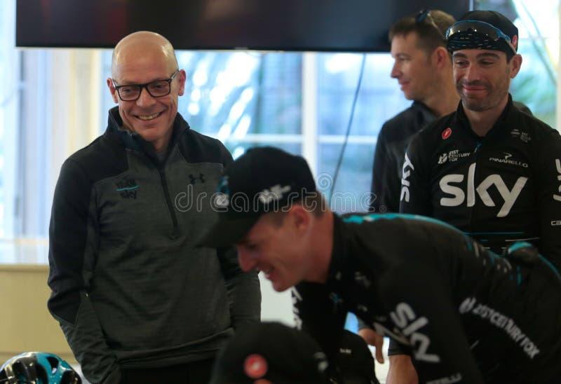Gerente Dave Brailsford do ciclismo de Team Sky e cavaleiros imagens de stock royalty free