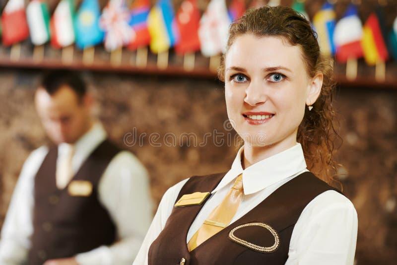 Gerente de hotel na recepção fotografia de stock royalty free