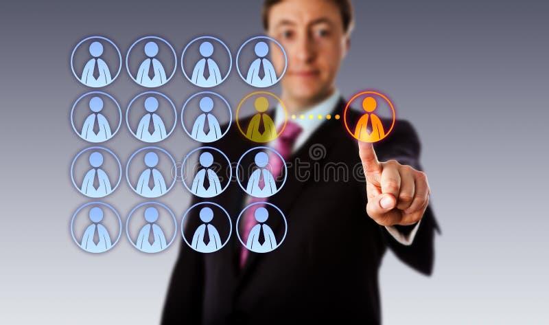 Gerente de sorriso Outsourcing To um trabalhador masculino fotografia de stock