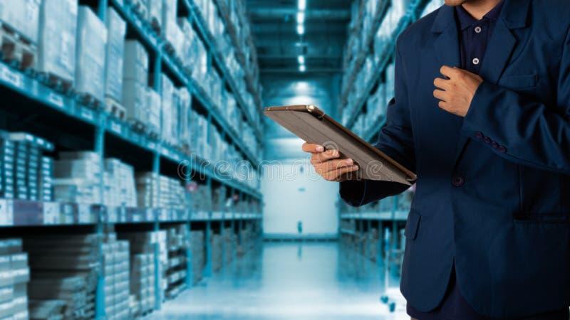 Gerente do homem de negócios que usa a verificação da tabuleta e o controle e planear imagem de stock