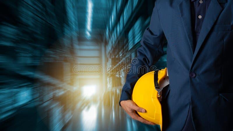 Gerente do homem de negócios que usa a verificação e o controle da tabuleta para trabalhadores foto de stock royalty free
