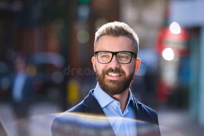 Gerente do moderno na camisa azul que anda na rua imagens de stock royalty free
