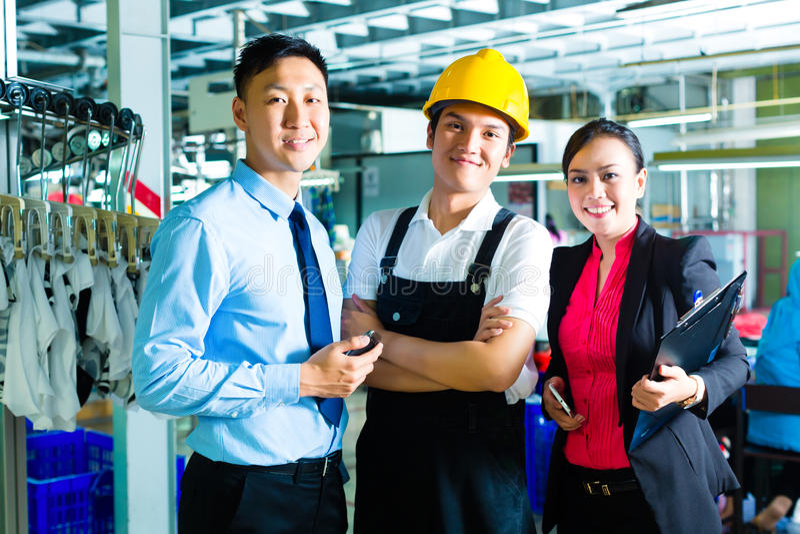 Gerente do trabalhador, de produção e proprietário na fábrica fotos de stock