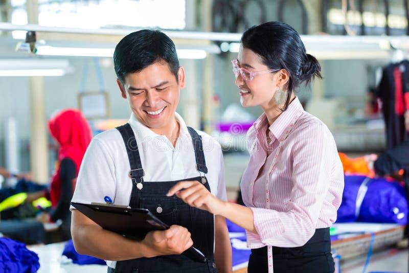 Gerente e desenhista de produção na fábrica asiática fotos de stock royalty free