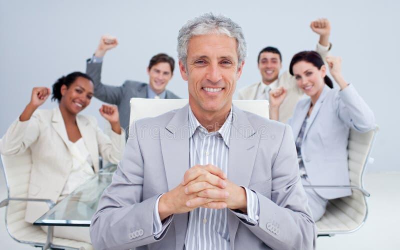Gerente e equipe do negócio que comemora um sucesso fotos de stock