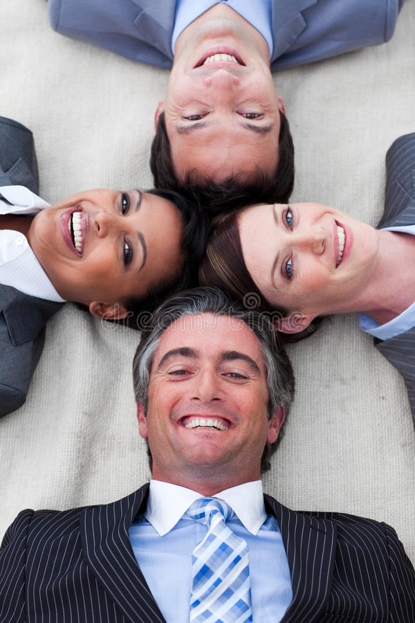 Gerente e sua equipe que encontram-se no assoalho fotos de stock royalty free