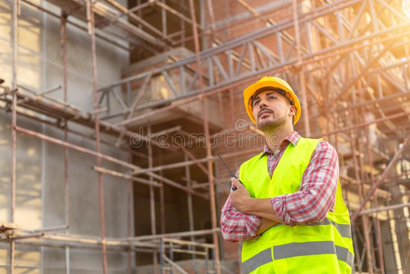 Gerente Engineering no uniforme padrão da segurança que trabalha em um derramamento fotos de stock royalty free