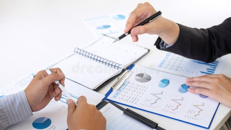 Gerente executivo profissional, sócio comercial que discute o plano de marketing das ideias e o projeto da apresentação do invest fotos de stock royalty free