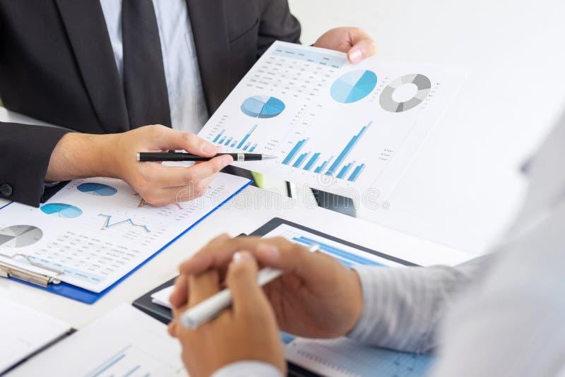 Gerente executivo profissional, sócio comercial que discute o plano de marketing das ideias e o projeto da apresentação do invest fotografia de stock royalty free