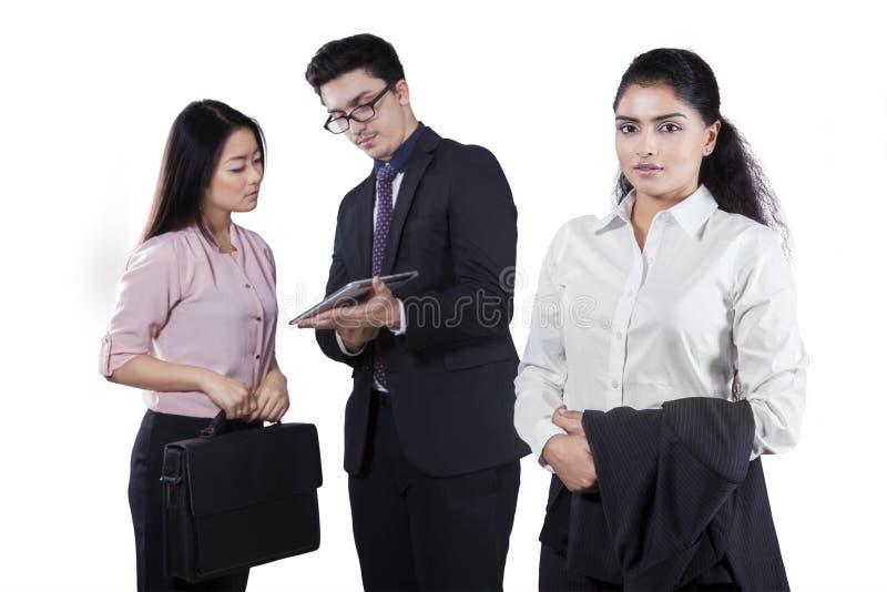 Gerente fêmea com dois empregados fotografia de stock