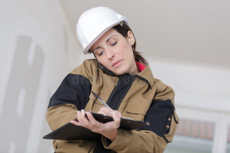 Gerente fêmea da construção que faz a avaliação fotografia de stock