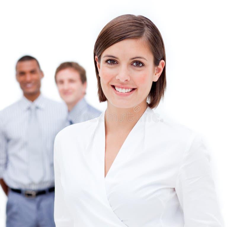 Gerente fêmea na frente de sua equipe foto de stock