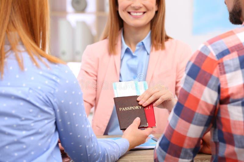 Gerente fêmea que dá passaportes e bilhetes para acoplar-se foto de stock