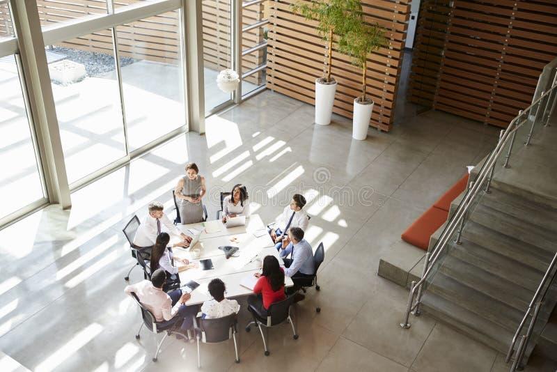 Gerente fêmea que endereça uma reunião da equipe, vista elevado imagens de stock
