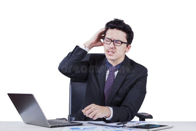 Gerente frustrante que risca sua cabeça fotos de stock
